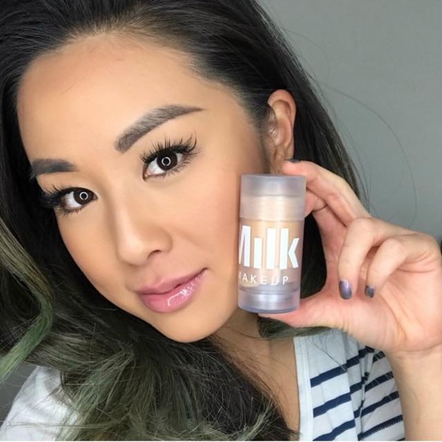 Kem Lót dạng thỏi Milk Luminious Make Up Blur Stick0